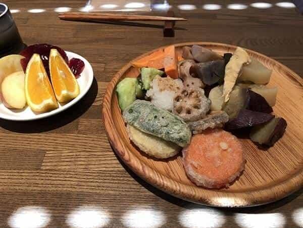 ぐるりこはんの天ぷらやフルーツ盛り合わせ